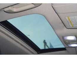 【サンルーフ】が装備されております。開放的な車内をご堪能くださいませ♪