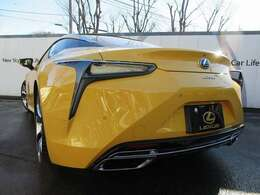 私たち日本にも、世界の高性能スポーツカー、欧州輸入車と闘えるスポーツクーペが待望の誕生を果たしました。「LEXUS LCシリーズ」は、私たち日本人が誇り高く所有する特別なクルマ。LEXUSが創出した「作品」です。