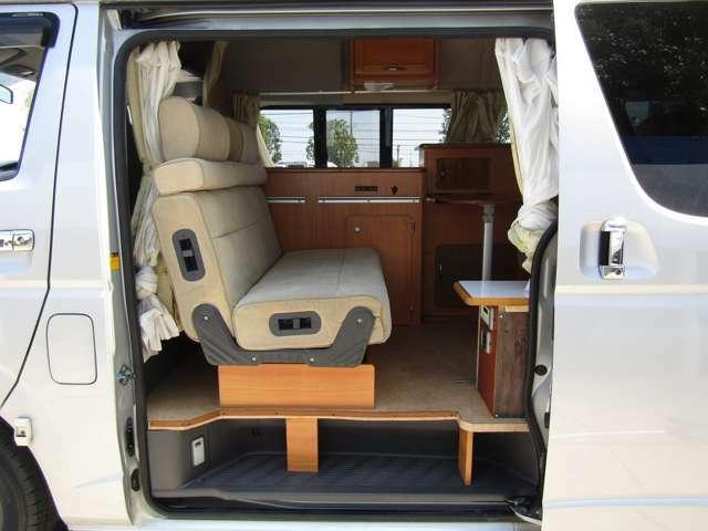 後席は2列目を反転して対面座席として使用が可能です♪