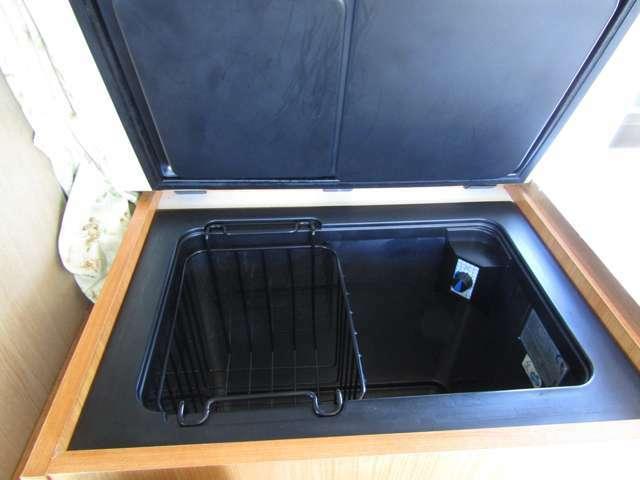 DC冷蔵庫も装備済みです!キャンピングカーには欠かせないアイテムですね♪