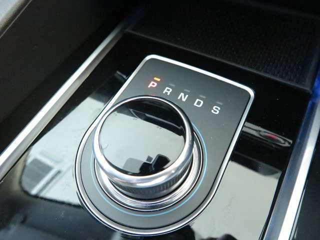 【ドライブセレクター・ロータリーシフター】イグニッションONにするとセレクターが浮かび上がってきます。イギリス車ならではのシフトノブです。