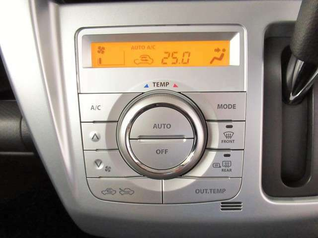 エアコンはオートエアコンになっています。快適な温度に設定してドライブが楽しめますね