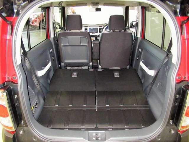 写真のように後部座席を倒せば、普段なかなか載せることのないような大きな荷物もしっかり積むことができそうですね。最近の軽自動車は使い勝手がよい作りになっていますね。