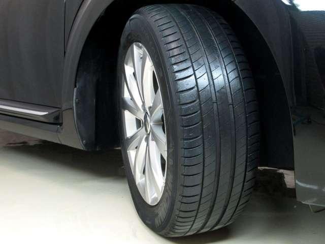 タイヤは溝はありますが、ヒビがきておりますので納車前の整備において4本交換をさせて頂きます。整備費用が若干高く感じるかもしれませんが、タイヤの交換費用が含まれておりませのでご了承下さいませ。