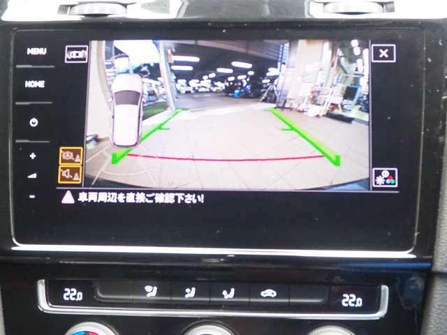 バックカメラ使用時のナビ画面、バックをサポートしてくれます。カメラはバックドアのエンブレム内にあり、実用的でスタイリッシュ!!雨天時も見やすいです。