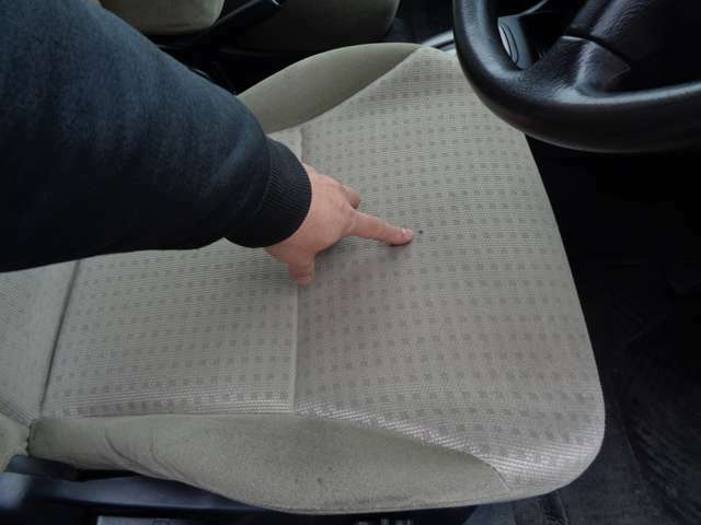 運転席の座面の焦げ跡?です。