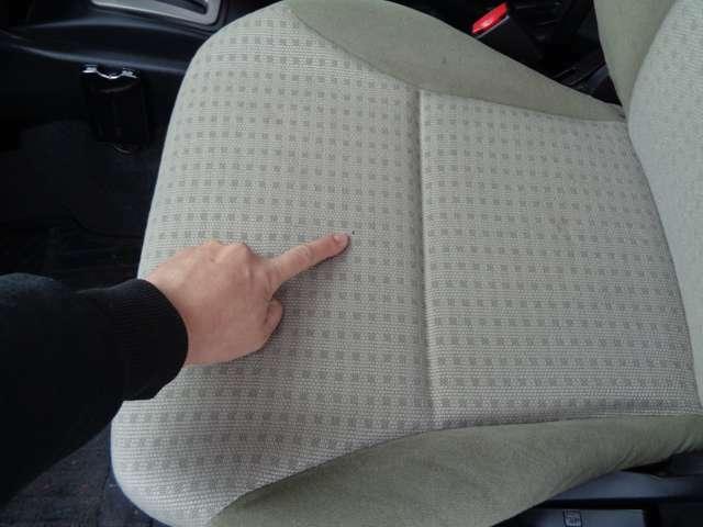 助手席にも焦げ跡のような物があります。