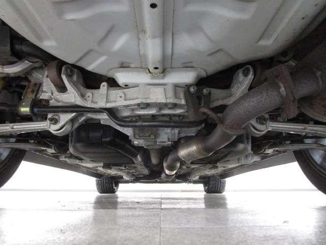 下回りの状態です。多少の錆ありますが、酷く錆びている個所も無く良好判断のお車です。