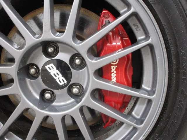 brembo社製ブレーキも装備 フロント17インチベンチレーテッドディスクブレーキ(対向4ポット)&リヤ16インチベンチレーテッドディスクブレーキ(対向2ポッド)