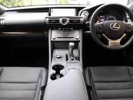 内装は黒のセミアニリン本革シートに縞杢(ダークブラウン)です。運転席ポジションメモリ・前席ベンチレーション・シートヒーター(HOT&COOL)付き8way調整パワーシートです。