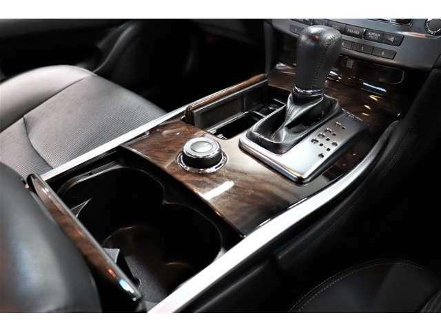 ●ステアリングスイッチ付きで運転中でもハンドルから手を離さずに操作出来ます。