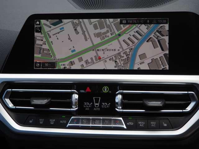 10.25のタッチ機能付きナビ。Bluetooth、そしてWiFiやApple Carplayにも対応。