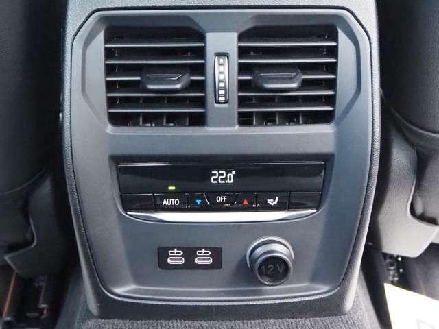 後部座席もエアコンの吹き出し口と電源(C型端子)を装備