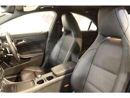 クオリティの高い綺麗な状態が維持されたレッドステッチ入りブラックレザーシートを装備!長時間の運転も楽々お楽しみ頂けます。
