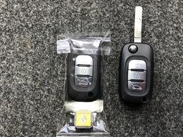 《キーレス》雨がふっているのに傘がない・・車のところにまで走ってかぎを開けていたらズブ濡れ・・こんなことにならないようにキーレスは走りながらボタンを押せばカギが開錠されますので濡れる量は減りますよね。