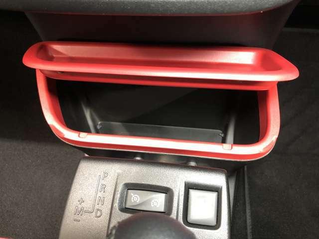 運転席・助手席の間に収納スペースがあり、ちょっとした物が入れれるので便利です