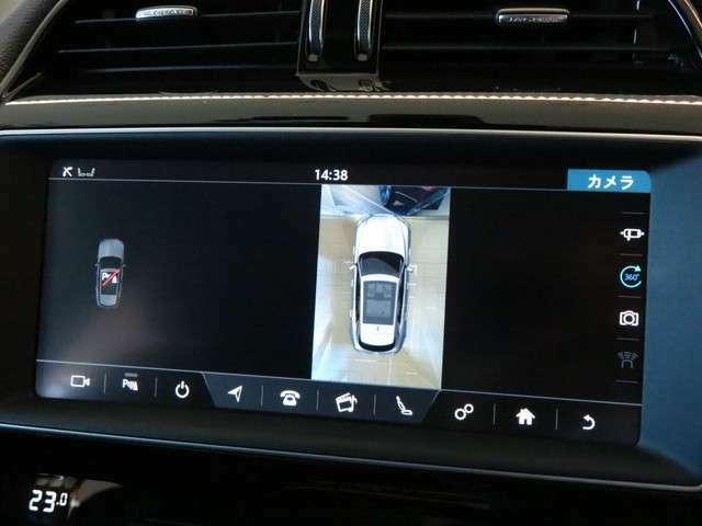 【サラウンドビューカメラ】車載カメラにて、車を真上から見下ろしている映像をディスプレイに表示。狭い場所での駐車などに役立ちます。