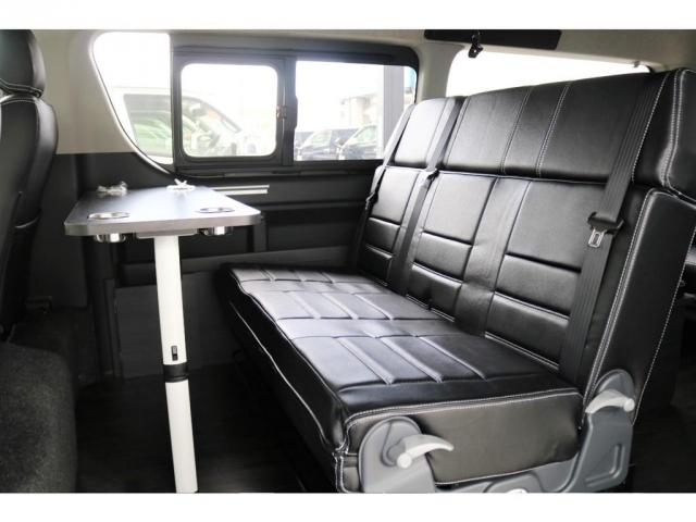2列目は3人掛けのファスプシートとなっております。テーブルも装着出来ますので快適な2列目空間となっております。