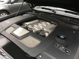 搭載されるエンジンは6.75L V8ユニットをもとに水冷インタークーラー付きツインターボ装着し、出力457ps/4100rpm、トルク89.2kg・m/3250rpm(カタログ値)