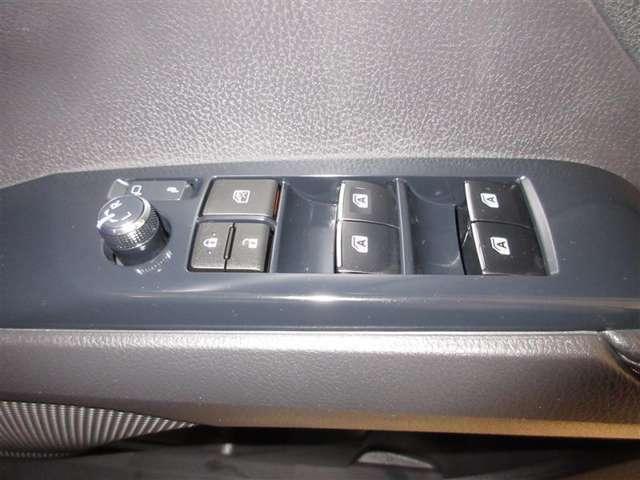 あると便利な全席オートのパワーウインドーがついてます! 挟み込み防止機能つきで安心。