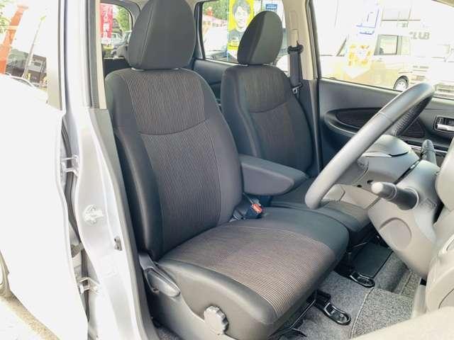 運転席には快適装備のシートヒーターや座面の高さを調節できるシートリフター機能も付いています。