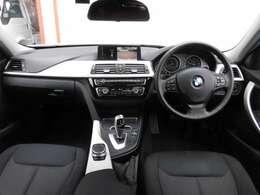 運転席廻りはこのようになっております。操作スイッチ類も使いやすくまとめられていて快適なドライブをお楽しみいただけます。