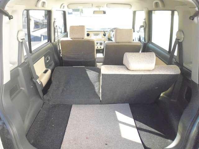 後部座席の片側を前方に倒して、少し長めの荷物を積み込むことも、