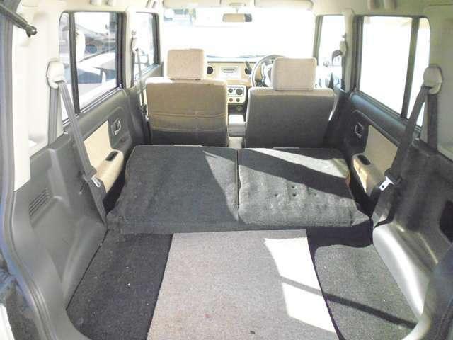 後部座席を両方とも前方に倒し、広いラゲッジスペースにすることも可能です。