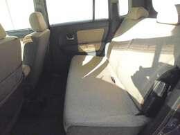 後部座席も背もたれがリクライニングするので、疲れにくい姿勢でのドライブが楽しめます。