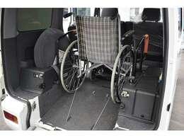 電動ウインチ女性やお年寄りの方でも、安全でラクに車いすを乗車させることができます。
