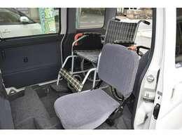 車いす乗車の方のすぐそば(左前)に座れて介助ができ安心です。