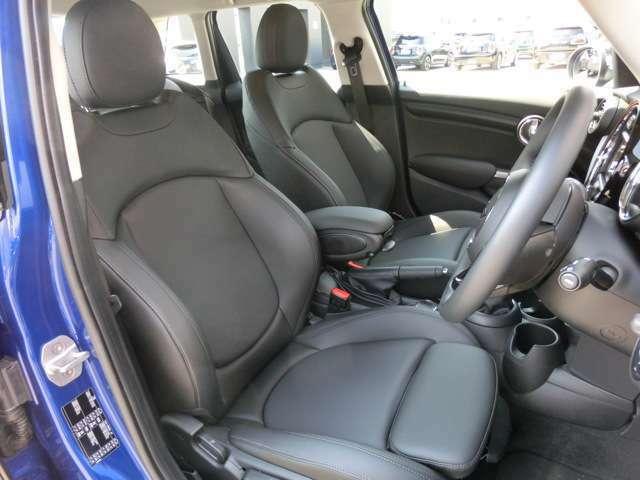 オットマン付の少し硬めのレザレットスポーツシートはコーナリングの安定感と長距離運転の疲労軽減に役立ちます。