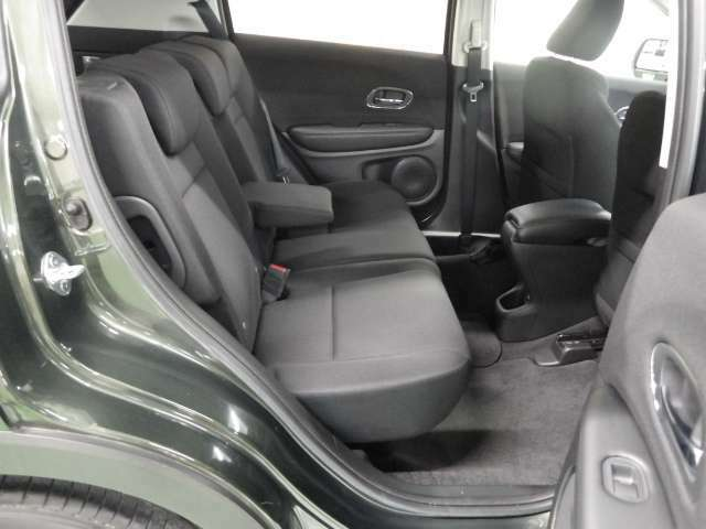 【後席シート】リアシートの足元広々!ゆったり空間で楽チン♪ ロングドライブも快適です♪