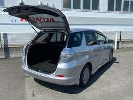 テールゲートを開けるととても広々♪5ナンバーサイズの車で荷物を多く積みたい方におススメでございます。