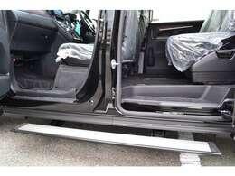 電動サイドステップを助手席側に装着。乗り降りをサポートしてくれます。