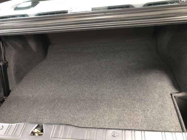 トランク内部も清潔で工具も完備です