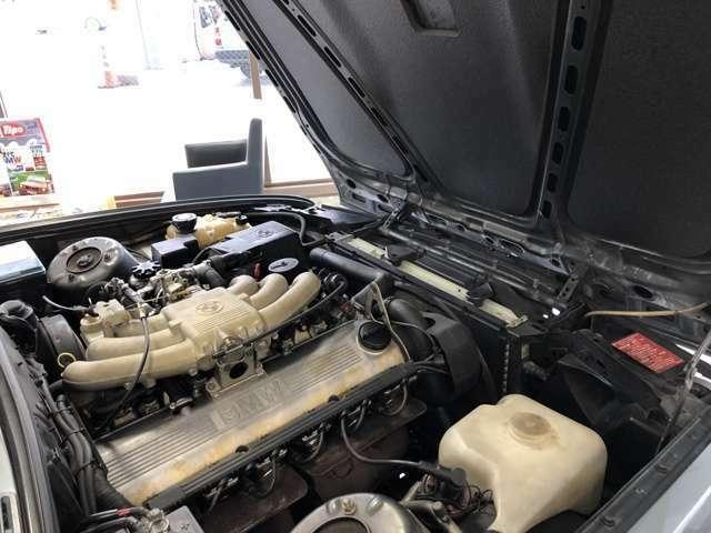 良く整備されてきたエンジンルーム、ボンネットインシュレーターは交換済で大変綺麗です。エンジンオイル漏れ修理済。エグゾーストマニホールドガスケット交換済。