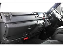 特別仕様ダークプライムIIで内装も木目調パネルやハーフレザーシート装備でシックな雰囲気です。
