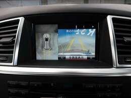 ●アラウンドビューモニター:車両の4つのカメラから得た映像を合成して、あたかも上空から眺めているような映像をMMI モニターに表示し、車両周辺にある障害物や歩行者などの発見をサポートする機能です。