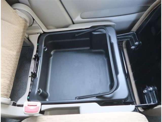 【収納BOX】助手席下には収納スペースがあります。