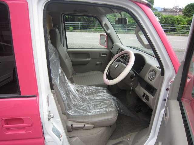 運転席内/シートに切れあります。