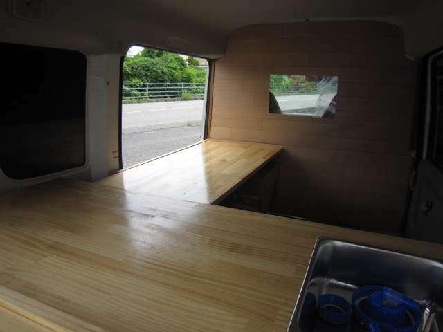 販売窓口リア・左サイドテーブル。