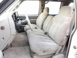 各シートには目立つような切れ等も御座いません。ご希望に応じてご納車前に専用のシートカバーもお取り付け可能です。追加カスタムなどお気軽にスタッフまでお申し付け下さいませ