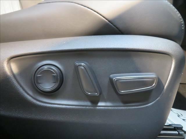 細かいシートポジション微調整ができる電動シート付き。