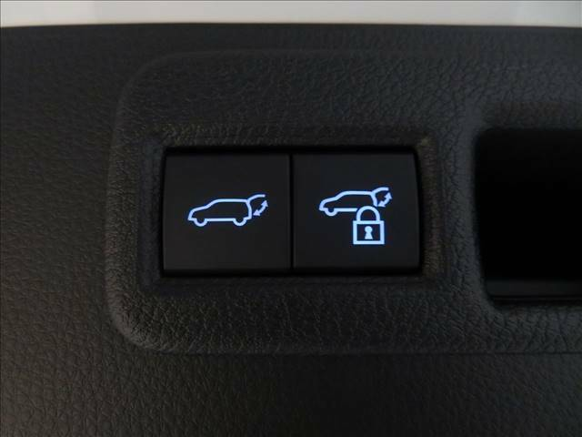 ボタン1つでリアゲートの開閉が可能な、パワーバックドア装備。