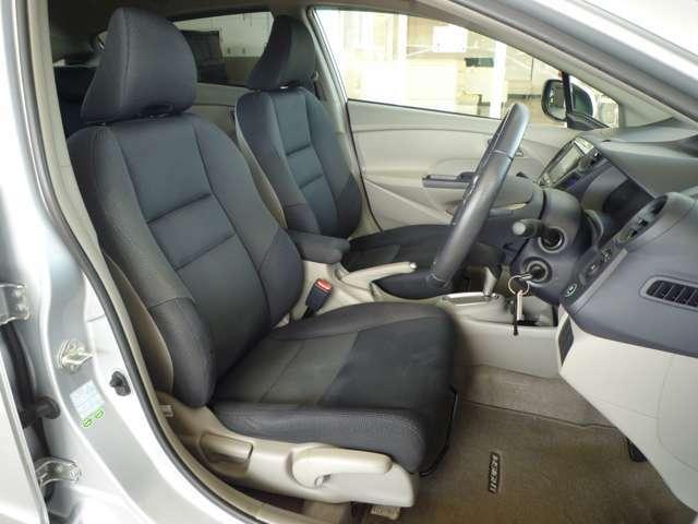 運転席は上下に高さを変えられるハイトアジャスター機能付きなので、どなたにもピッタリのポジションに調整できます。