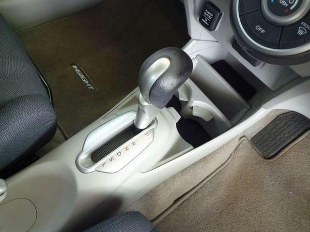 運転席は上下に高さを変えられるハイトアジャスター付きなので、どなたにもピッタリのポジションに調整できます。