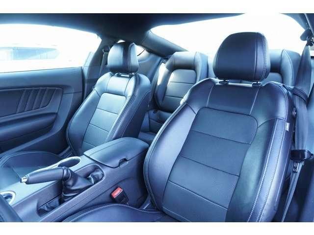 運転席、助手席もブラックレザーを使用しております!使用感も少なくきれいな状態です!!スポーツ走行に向いているシート形状です!