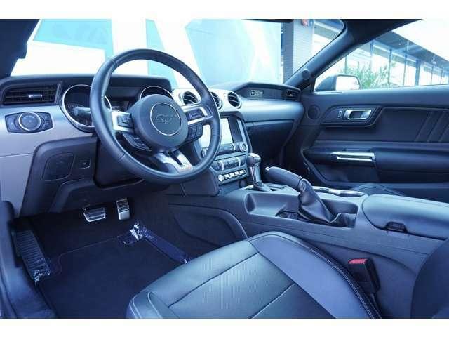 内装はブラックを基調としており、落ち着いた雰囲気となっております!ブラックレザーシートの座り心地もいいです!!
