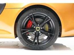 Vスポーク軽量鋳造ブラックアルミホイール、タイヤは、ミシュラン パイロットスポーツ4装着。APレーシング4ポッドレッドキャリパー、ビルシュタインダンパー、アイバッハコイルスプリング。